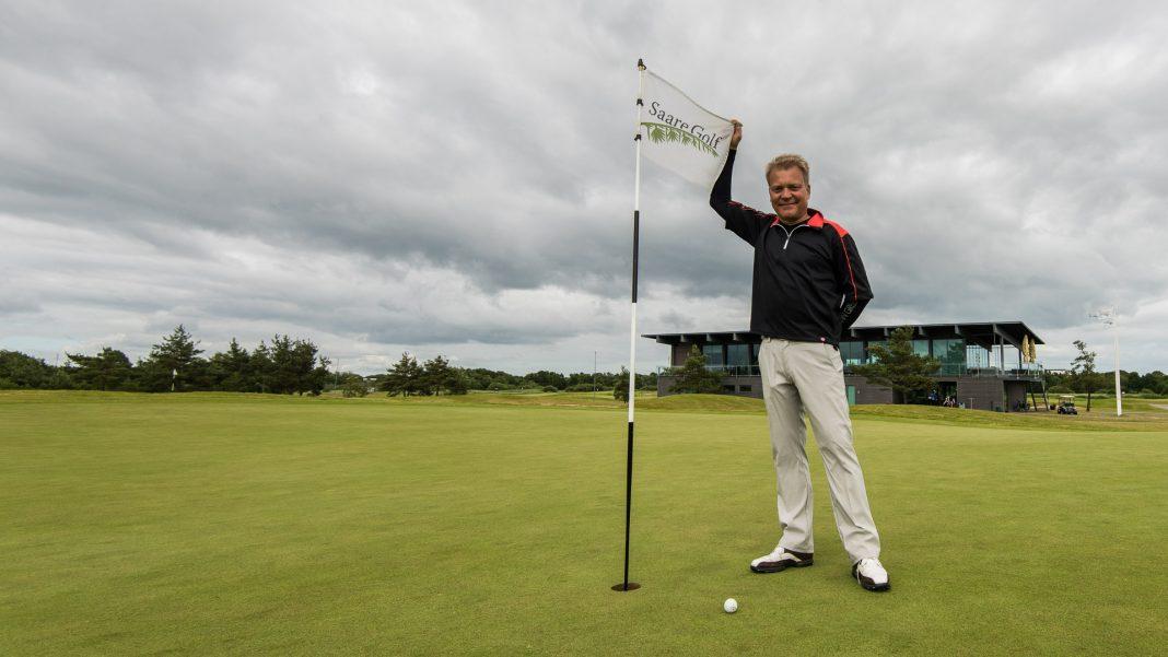 Lassi Pekka Tilander framför klubbhuset på Saare Golf Club.