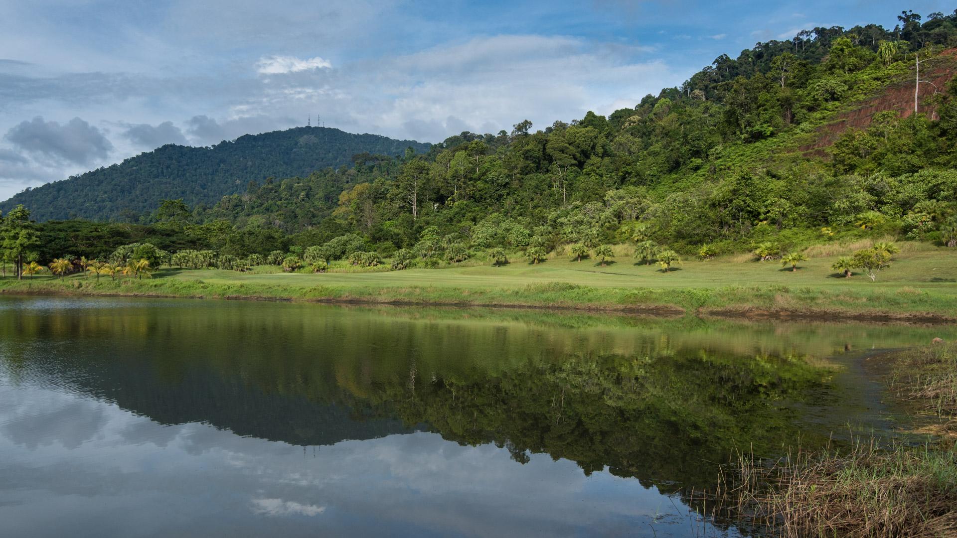 Elfte hålet på Gunung Raya Golf Club går längs vattnet.