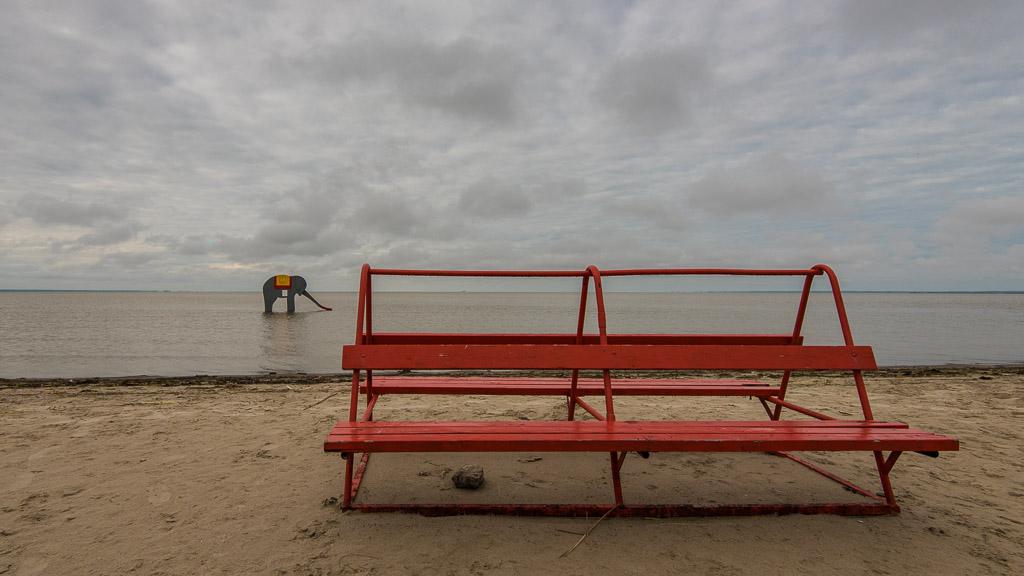 Stilla morgon på Pärnu Beach. Bara jag och elefanten.