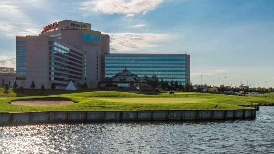 18:e hålet ligger mitt framför hotellet och casinot på Mystic Lake.